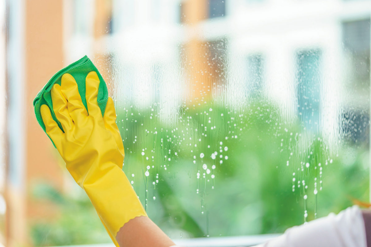 Nettoyer les vitres comme un pro : 10 règles à suivre